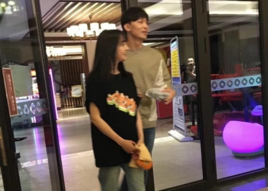 郑爽与男友高调秀恩爱,有镜头疑似拍摄新节目,张恒也要出道了?