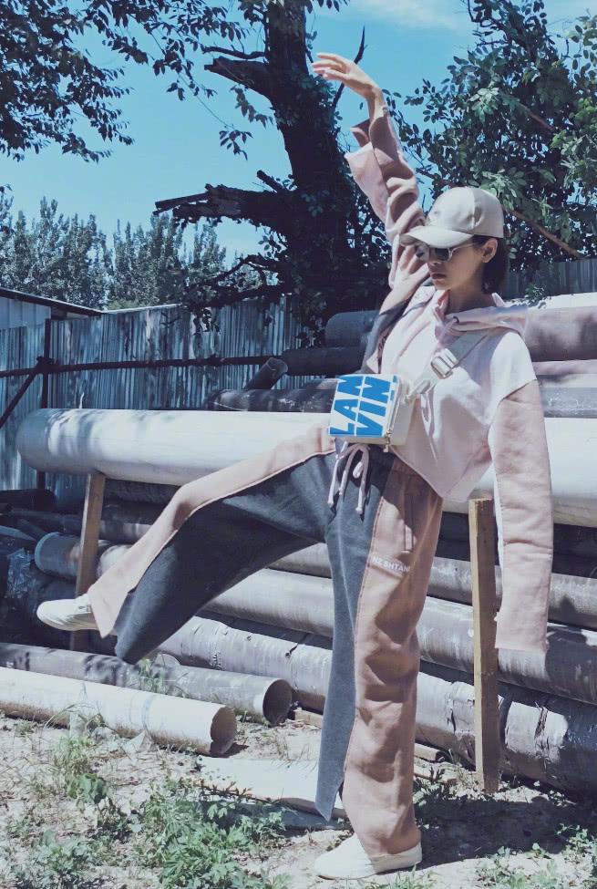 放飞造型只服宋茜,格纹工装穿出最in时尚,关键太显腿长!