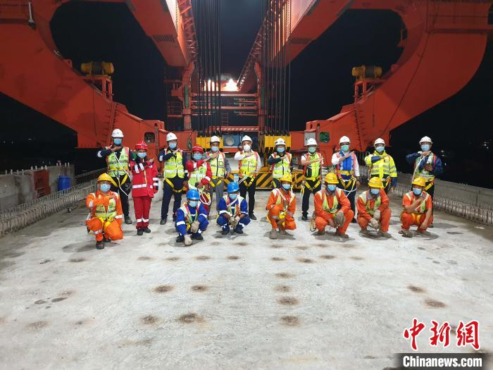 「印尼雅加达高铁」印尼雅万高铁全线首榀跨高速公路箱梁成功架设