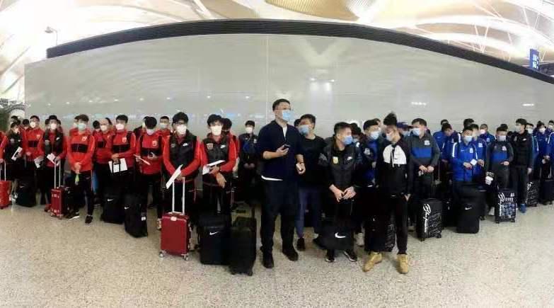 「申花上海籍球员」荒谬!上港协会开除与申花球员合影的球迷,媒体:仇恨文化不可少