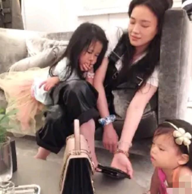 林熙蕾为舒淇庆生,45岁嘟嘴卖萌比好友还显嫩?嫁豪门后被宠成公主