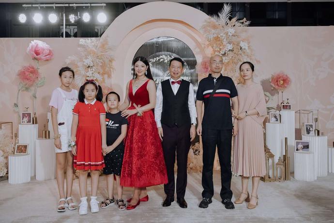 「紫金a股」1500亿市值!紫金矿业63岁董事长娶娇妻,网曝新娘为挤入上流社会,一直做有钱人的生意