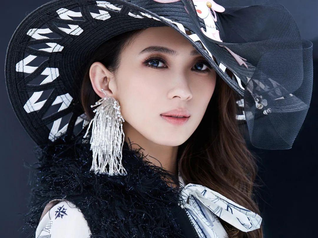 她是歌坛女神,36岁下嫁穷小子:不图钱和脸,只要我喜欢!