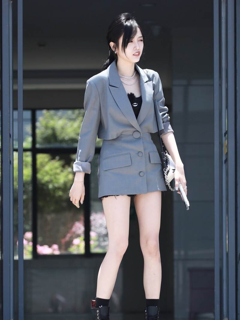 杨紫穿的太繁琐,谭松韵像偷穿妈妈衣服?西装裙怎么穿才时髦?