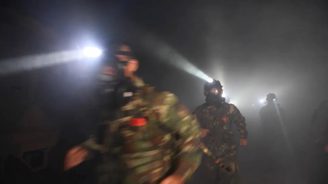 火箭军某部夜间火力突击演练