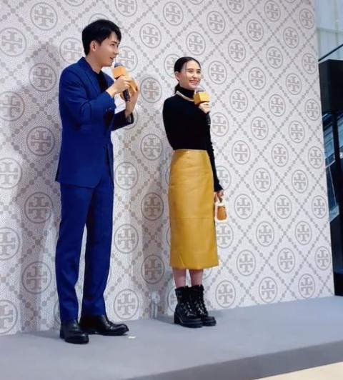 何超莲身穿姜黄色半身裙出席活动 优雅知性状态好