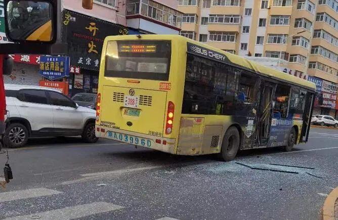 「吊车处理网」哈尔滨一公交车与吊车相撞,有人员受伤!
