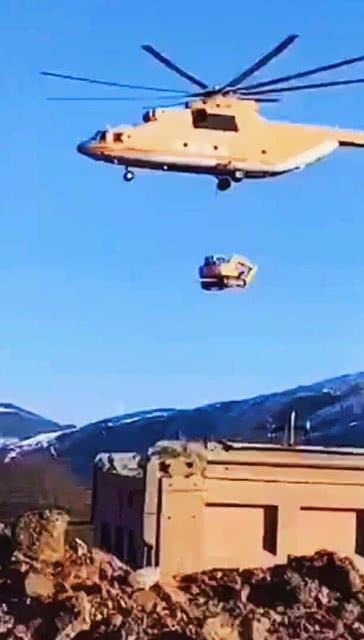 「拎着它」大型挖掘机不要面子吗?被重型直升机拎着走