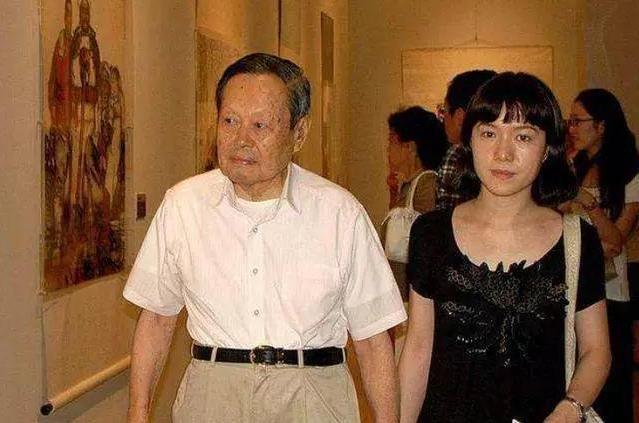 90歲楊振寧給70歲丈母娘過母親節,翁帆母女太年輕,宛如一對姐妹