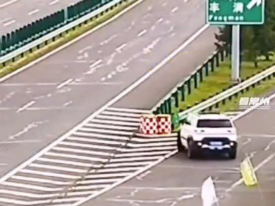 「左转逆行了立刻倒车」高速上倒车逆行停车问路