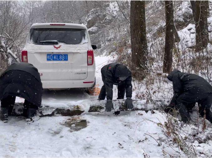 「如何形容大雪」剧组深山拍电影遇大雪,面包车原地打滑,靠徒手搬运摄影器材