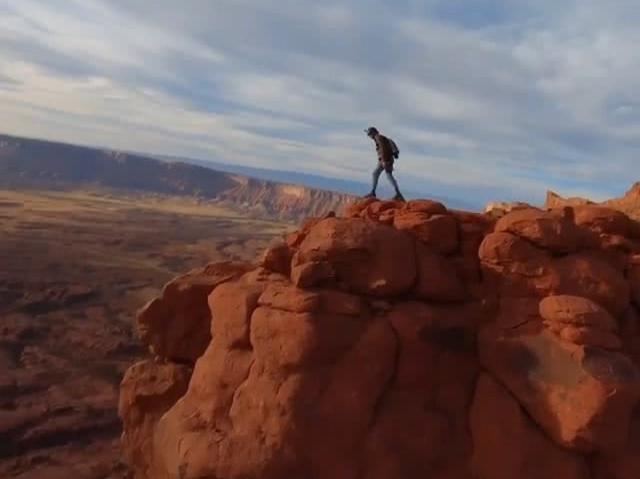 「降落伞极限跳伞最低高度」美国冒险家跳伞挑战人类极限,从四百米悬崖徒手一跃,最后时刻打开降落伞,看得手心直冒汗……跟拍+第一视角一次看爽。