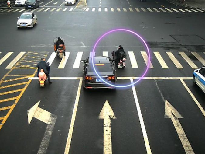 「十字路口变道扣几分」女子骑车十字路口突然变道撞车,自己受伤还要负全责
