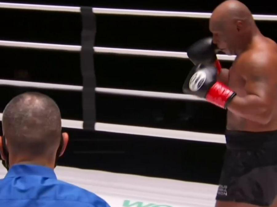 「北京卫视回看」慢动作回看泰森这拳,只差毫厘蹭到对手鼻尖!跟54岁的拳王比技术,谁都是弟弟!泰森这场复出战真的只是平局吗?#泰森复出