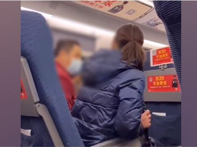 「北京大叔怼高铁吃火锅女孩」男子高铁换位遭拒,恶怼邻座女子:我身份比你高,在我单位早把你开除了