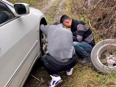 「胎压2.8会爆胎吗」大山里拍电影,轿车意外爆胎后,摄影师还要兼顾帮忙换备胎