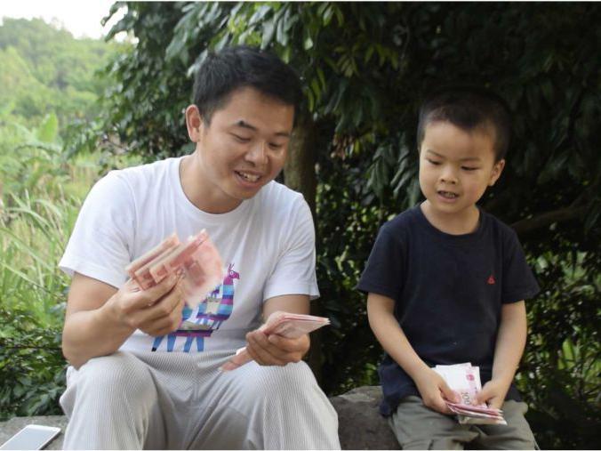 「一个小男孩照顾瘫痪父亲」农村小男孩没有了父亲之后,小伙给他送去一沓钱,开心得哈哈大笑