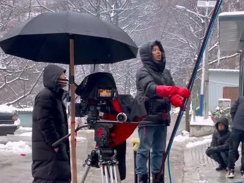「拍电影职务」剧组拍电影有雨戏怎么办?一根水管就完成人工造雨,你觉得逼真吗