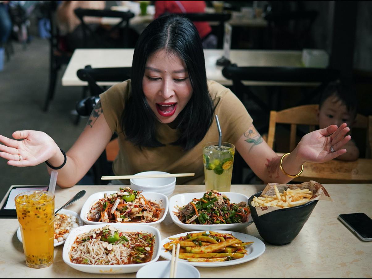 「云南哪里的红糖最好」耗油拌芒果、红糖炒丸子,西双版纳的苍蝇馆子,有泰国味了!