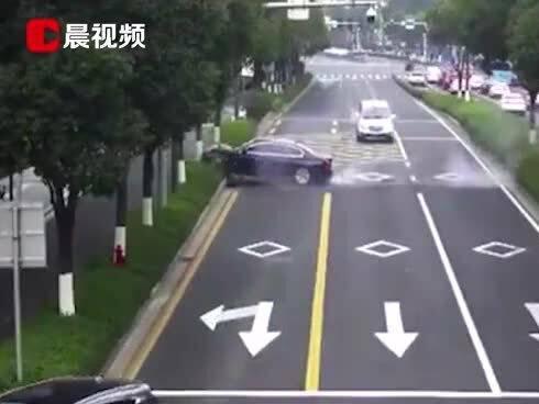 """「女司机驾车连撞8车」宁波一女司机驾车""""横穿马路"""",汽车冲过绿化带,停车方式让人意想不到"""