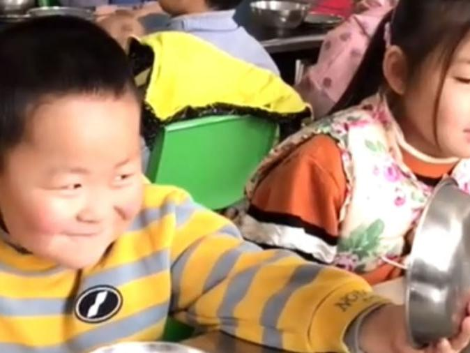 """「饭碗菜碗汤碗题目」幼儿园小朋友吃饭时举着饭碗当镜子照,大声赞叹""""我也太帅了!"""""""