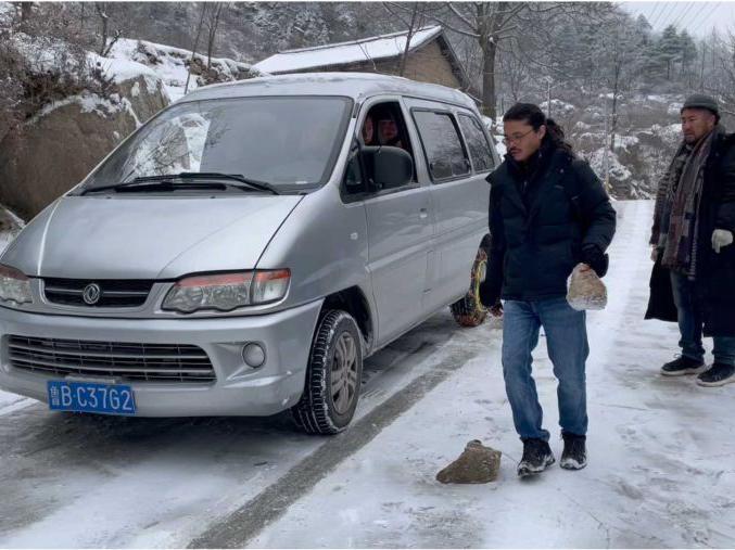 「冰天雪地是怎样的景象」剧组冰天雪地开车进深山取景,结果爬坡打滑,从白天折腾到夜晚