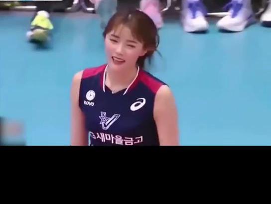 「排球怎么打」太顶了!韩国美女排球手赢球后现场火辣热舞,还拉着男官员上来面对面一起跳,场面羞羞的没眼看...