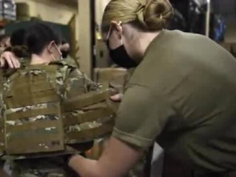 「拦截者防弹衣」美国女兵试穿女性防弹衣