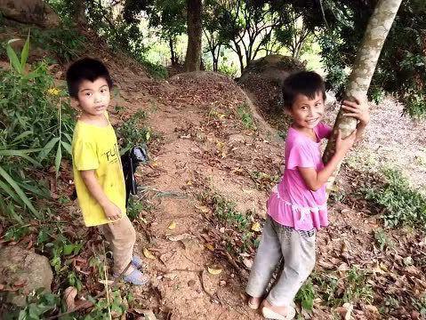 「扶贫工作中最懒的贫困户」小伙到农村拍贫困户,小男孩主动带路,还说不收钱