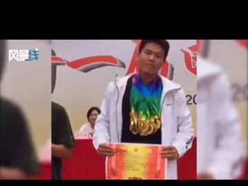 """「广东省中考体育评分标准表」体育生的高光时刻!广东一位高中体育生分享最后一次参加校运会的领奖视频,在拍照留念时他亮出全部""""家当"""",脖子上挂满了奖牌。"""