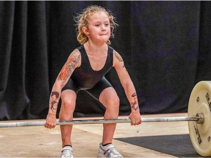 「能单手举起来多重的杠铃」年仅7岁!女孩举起80公斤杠铃,多次获得比赛冠军