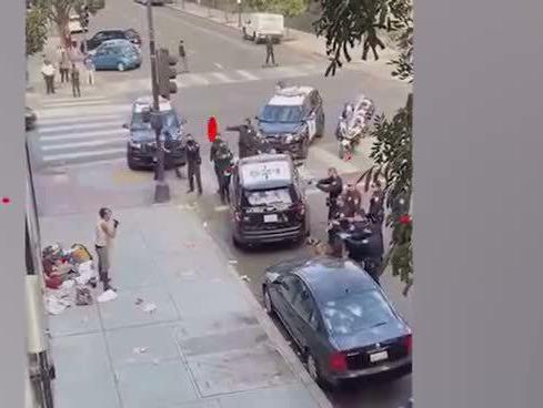 「美国警察执法开枪视频」美国多名警察向路边一男子连开数枪,放警犬将男子扑倒,围观者:我的天啊