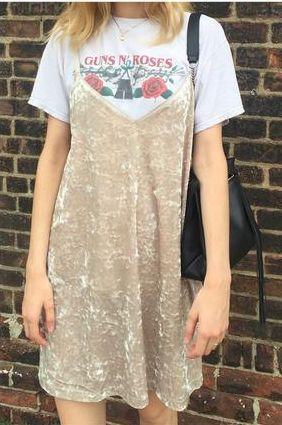 街拍美女: 夏天女生穿着热裤漏出大长腿,身材一个比一个棒!