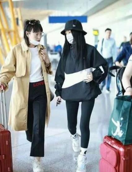 終於露面的李小璐,一身黑色裝顯休閑幹練,與助理談話心情佳 【至愛時尚】 自媒體 第2张