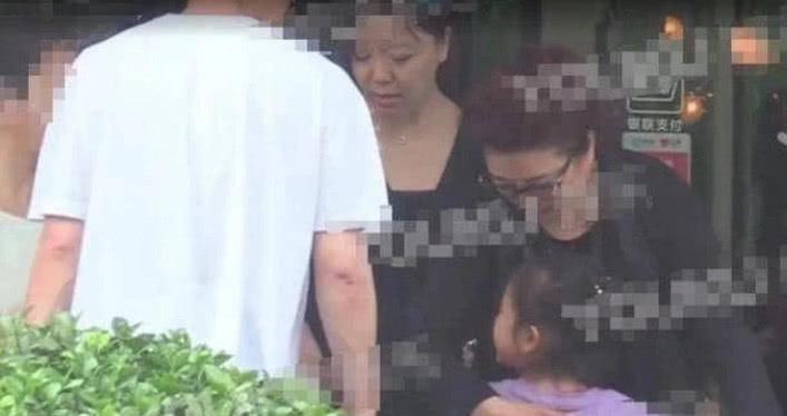 賈乃亮家庭聚會卻不見李小璐,甜馨見到奶奶超開心,小舉動很暖心 【新先開眼視點】