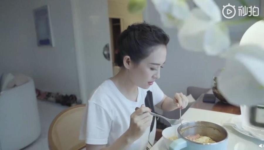 章子怡走紅毯前吃泡麵,還加了雞蛋火腿腸 【頭條中國】