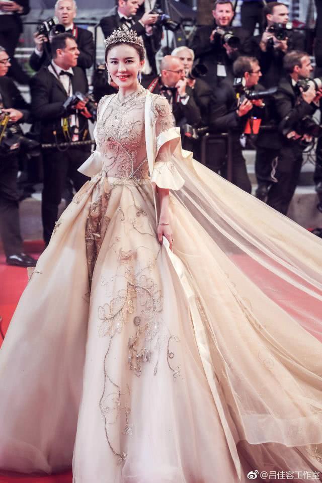 戛納紅毯招式層出不窮 呂佳容王室范兒標准全場最佳 【頭條中國】