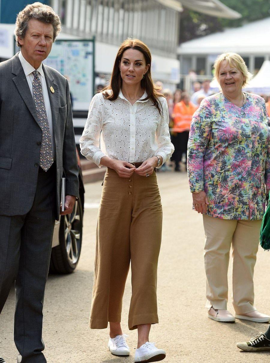 凱特換小清新風格啦!2千白襯衫配闊腿褲真迷人,穿小白鞋太減齡 【時尚風行派】