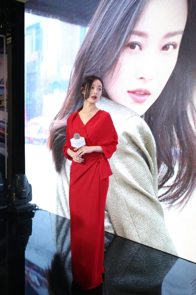 倪妮太有時尚感了,身穿紅色連衣裙收腰顯氣質,風情萬種的女人 【色搭時尚】 自媒體 第2张
