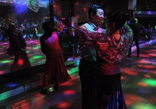 袁成傑媽媽太時髦,炫耀自己常去舞廳跳舞!卻不屑和自己的老伴跳 【娛圈小菡】