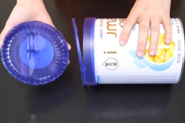 空奶粉罐我再也不扔了,把它�煸隈R桶上有大用�,全家人都��著用