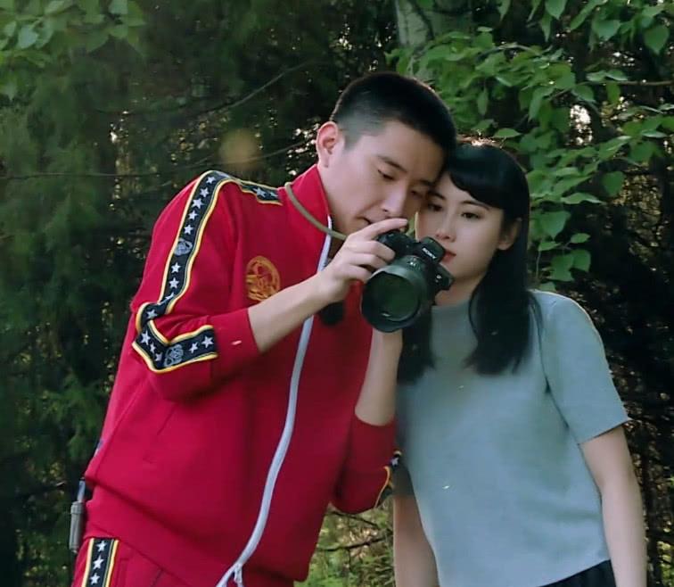 於小彤學習攝影,當她和劉貝貝一起看鏡頭時,真怕陳小紜會吃醋! 【娛樂耐思】 自媒體 第2张