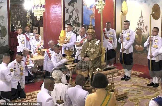 泰國國王先結婚後加冕,15斤重王冠罕見曝光,空姐王後笑容迷人 【趣看歷史】
