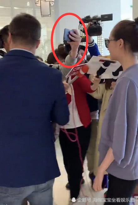 關曉彤被記者的手機呼臉上,看到她的反應,素質教養是裝不出的! 【海綿寶寶坐看娛樂圈】