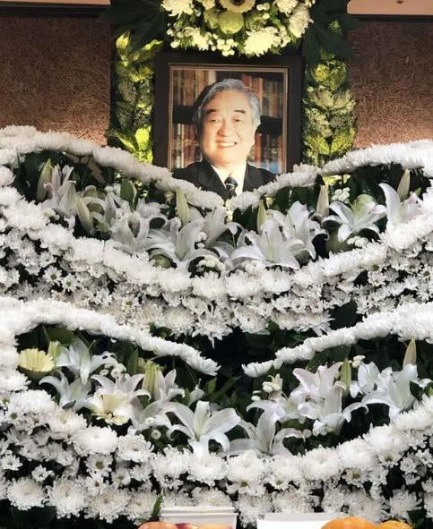 愛情至上的瓊瑤老公去世了,一身黑衣獨坐角落,面容憔悴蒼老很多 【新先開眼視點】