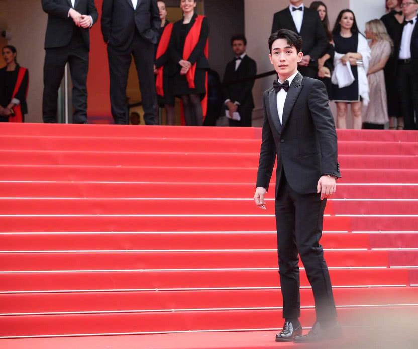 首登戛納的朱一龍穿着黑色西裝亮相紅毯 帥氣沉穩盡顯紳士風范 【原創娛樂資訊】
