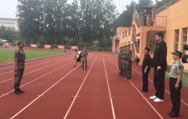 男籃冒雨進行軍訓,籃協主席姚明笑着為他們鼓掌,李楠講話 【學姐看體育】