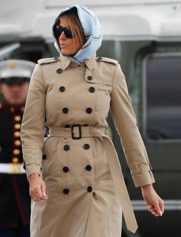 梅拉尼婭一身俏皮風離開歐洲!卡其色風衣配花頭巾模仿英國女王? 【時尚風行派】