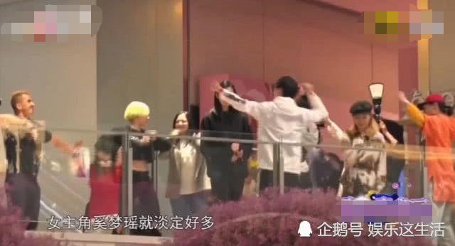 奚夢瑤被人群包圍時,誰注意到她的表情,求婚有沒綵排一眼看出! 【娛樂這生活】 自媒體 第1张