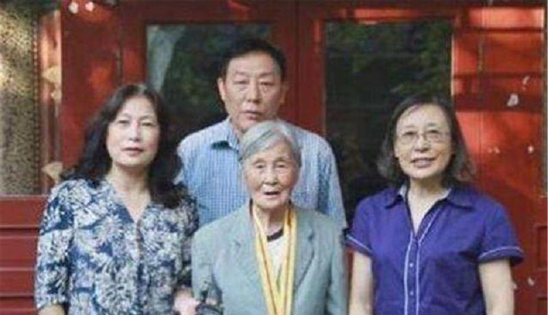 北京女子收拾养父遗物,意外发现一封血书:亲生父母是革命功臣
